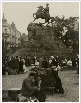 01.Emigrants waiting at Sophia Square in Kyiv, Ukraine