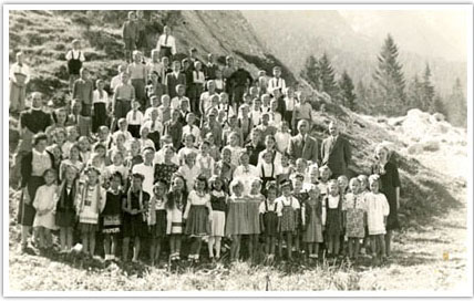 08. Group photo of the Mittenwald refuge camp on the Karwendel Mountain